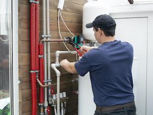 Ein Klempner installiert eine Umwälzpumpe