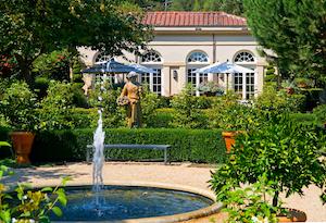 Wunderschöner Garten mit Springbrunnen